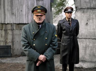 Bruno Ganz als Adolf Hitler (vorne) und Heino Ferch als Hitlers Reichsarchitekt Albert Speer in einer Szene des Kinofilms