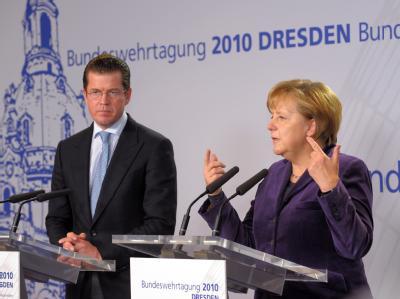 Bundeskanzlerin Angela Merkel und Verteidigungsminister Karl-Theodor zu Guttenberg (Archiv)