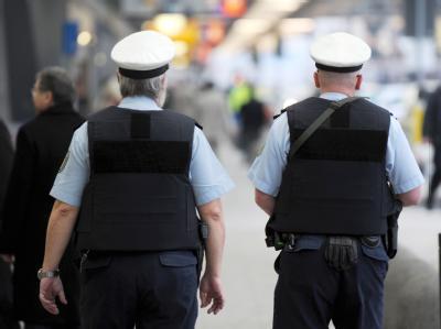 Zwei Beamte der Bundespolizei gehen am Terminal 1 des Flughafens in Frankfurt am Main Streife.