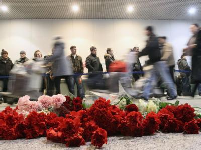 Gedenken an die Opfer: Zahlreiche Menschen haben auf dem Flughafen Domodedowo Blumen abgelegt.