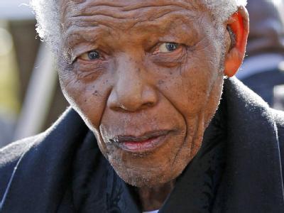 Sorge um Südafrikas Nationalhelden: Der 92 Jahre alte Mandela ist ins Krankenhaus gebracht worden.