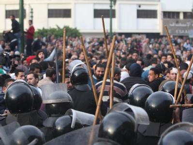 Polizisten gehen in Kairo mit Schlagstöcken gegen Demonstranten vor.