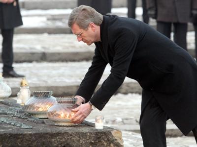 Bundespräsident Christian Wulff legt an der Gedenkstätte Auschwitz-Birkenau im ehemaligen Konzentrationslager Auschwitz II in Polen Kerzen nieder.