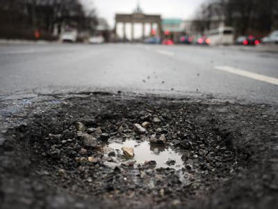 Schlagloch vor dem Brandenburger Tor: Im Bundestag streiten sich die Parteien über Handlungskonzepte.