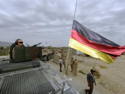 Bundeswehrsoldaten sichern bei Masar-i-Scharif einen Konvoi.