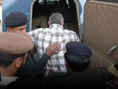 Raymond Davis, ein Mitarbeiter der US-Botschaft, wird von pakistanischen Polizisten festgenommen.
