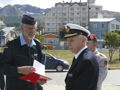 Untersuchungskommission zu Vorfällen auf der «Gorch Fock»: Marineamtschef Horst-Dieter Kolletschke (r) leitet die Kommission in Argentinien.