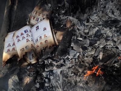 Bücher und Akten verkohlen in der ausgebrannten und geplünderten Zentrale der Regierungspartei Mubaraks.