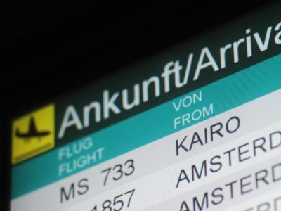 Der Egypt Air Flug MS 733 aus Kairo steht auf einem Info-Display im Ankunftsbereich im Flughafen in Düsseldorf.