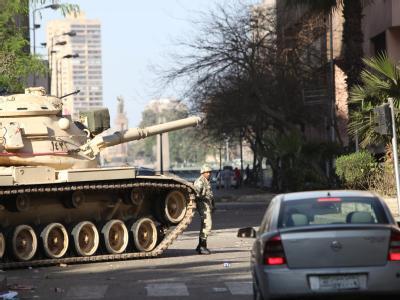 Soldaten bewachen die Straßen von Kairo - hier in der Nähe der US-Botschaft.