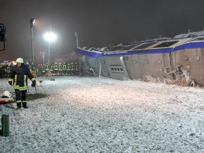 Den Einsatzkräften bot sich ein Bild der Verwüstung: Feuerwehrleute bei den Trümmern des verunglückten Zuges bei Hordorf.