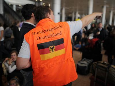 Ein Mitarbeiter der deutschen Botschaft bringt auf dem Flugplatz in Kairo eine Gruppe von rund 150 Deutschen zum Transitbereich.