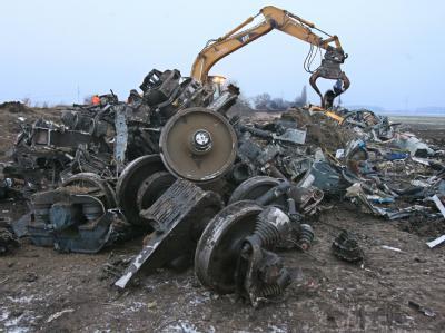 Ein Bagger beseitigt Trümmer am Ort des Eisenbahnunglücks bei Hordorf (Sachsen-Anhalt).