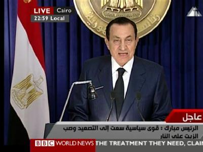 Der ägyptische Präsident Husni Mubarak wendet sich im Staatsfernsehen an das ägyptische Volk (Screenshot der BBC, die das Signal wie andere Sender weltweit ausstrahlte).
