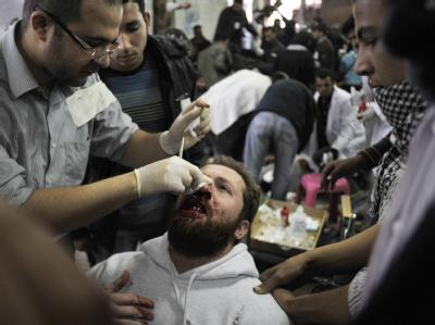 Ein Verletzter wird nach den gewalttätigen Auseinandersetzungen versorgt.