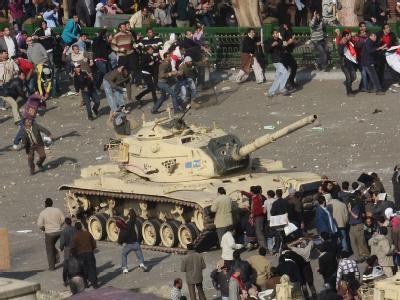 Anhänger und Gegner des ägyptischen Präsidenten Husni Mubarak bekämpfen sich auf dem Tahrir-Platz in Kairo mit Stöcken und Steinen.
