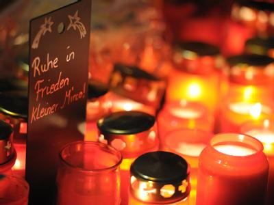 Kerzen für den getöteten Mirco