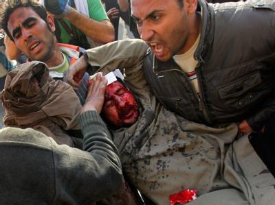 Gewalt in Kairo: Ein Verletzter wird vom Tahrir-Platz getragen.