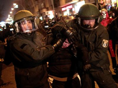 Polizeibeamte führen einen Demonstranten während einer Demo gegen die Räumung des besetzten Hauses Liebigstraße 14 ab.