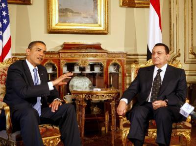 Der ägyptische Präsident Mubarak (r) und US-Präsident Barack Obama bei einem Treffen in Kairo im Jahr 2009.