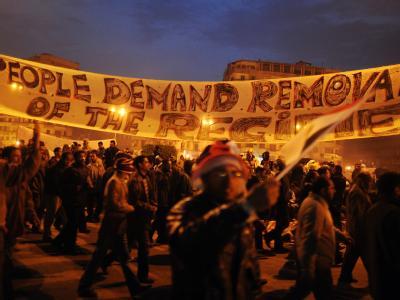 Demonstranten protestieren auf dem Tahrir-Platz in Kairo. Tausende Demonstranten übernachteten auf dem Platz. Es kam zu keinen größeren Auseinandersetzungen.