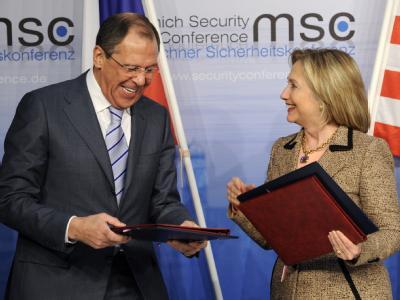 US-Außenministerin Clinton und der russische Außenminister Lawrow tauschen die Verträge zum neuen Start-Abkommen aus.