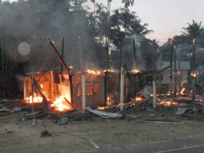 Ein brennendes Haus im umkämpften Gebiet zwischen Thailand und Kambodscha.