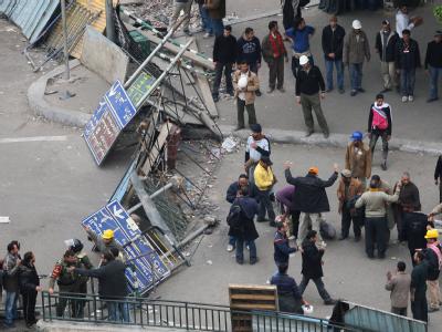 Demonstranten stehen an einem der Zugänge des Tahrir-Platzes in Kairo.