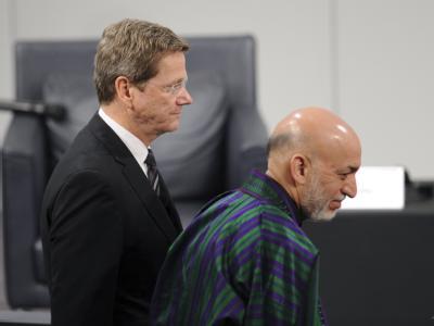 Bundesaußenminister Guido Westerwelle (l) und der afghanische Präsident  Hamid Karsai auf der Sicherheitskonferenz in München.