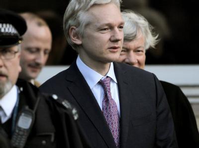 Julian Assange beim Verlassen des Londoner Gerichts, das über seine Auslieferung nach Schweden entscheiden wird.