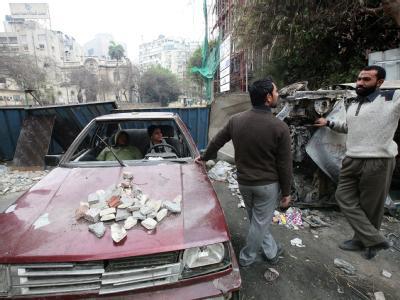 Umgeben von Barrikaden und beschädigten Autos: Zwei Ägypter im Gespräch.