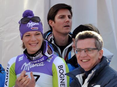 Maria Riesch und der auch für Sport zuständige Bundesinnenminister Thomas de Maizière (r, CDU) in Garmisch-Partenkirchen