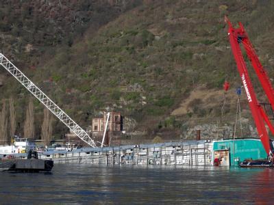 Gekenterter Tanker im Rhein