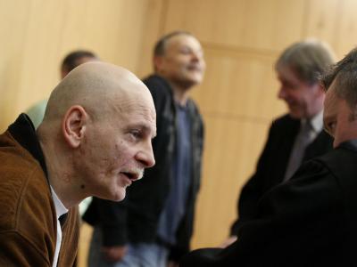 Peter Paul Michalski (vorne) und Michael Heckhoff (hinten) vor der Urteilverkündung im Aachener Landgericht zwischen Justizbeamten und ihren Anwälten.