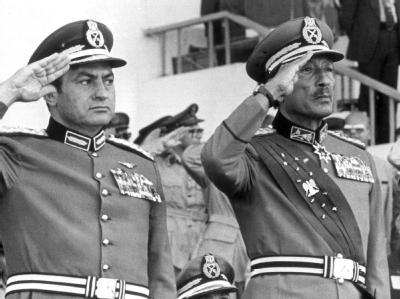 Der damalige ägyptische Vize-Präsident Husni Mubarak und der Präsident Anwar al-Sadat bei einer Militärparade in Kairo (Archivfoto vom 06.10.1981).