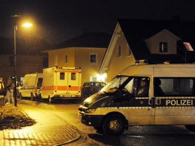 Ein Polizeifahrzeug sperrt die Straße, in der die Vierjährige entführt wurde.