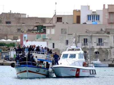 Tunesische Flüchtlinge kommen in Lampedusa an.