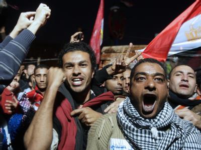 Regierungsgegner jubeln nach Bekanntgabe des Rücktritts von Präsident Mubarak.