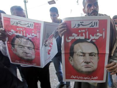 Ägyptische Zeitungen verkünden am Wochenende den Rücktritt von Präsident Mubarak.