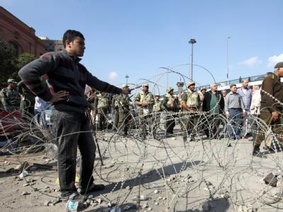 Stacheldraht-Barrieren auf dem Tahrir.Platz werden abgeräumt.