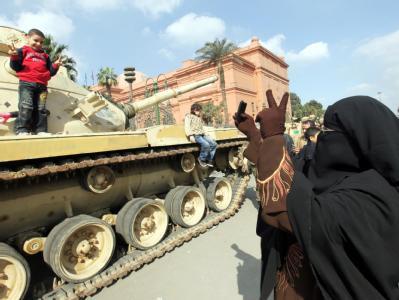 Verbrüderung: Eine Ägypterin lässt ihren kleinen Sohn auf einem Panzer posieren.