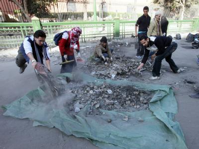 Ägypter sammeln Steine auf dem Tahrir-Platz ein.