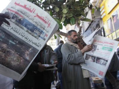 Ägypter informieren sich nach dem Rückzug von Präsident Mubarak.