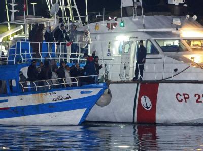 Ein Boot mit tunesischen Flüchtlingen erreicht die italienische Insel Lampedusa.