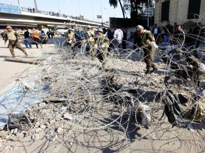 Soldaten entfernen Stacheldraht-Barrieren auf dem Tahrir-Platz.