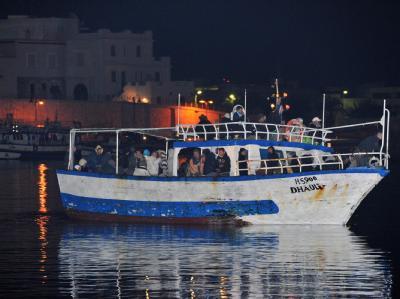 Ein Boot mit Flüchtlingen aus Tunesien im Hafen von Lampedusa.