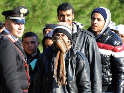 Flüchtlinge aus Tunesien in einem Auffanglager auf der völlig überfüllten Insel Lampedusa.