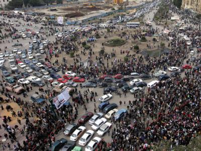 Blick auf den Tahrir-Platz: Die Menschen gehen, die Autos kehren zurück.