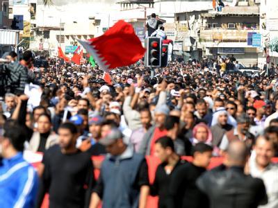 Teilnehmer eines Begräbnisses in einem Vorort von Manama.