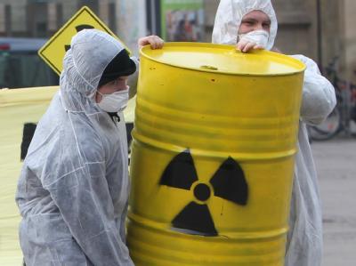 Atomkraftgegner bei Protesten in Magdeburg gegen den bevorstehenden Castor-Transport mit radioaktivem Abfall.